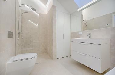 Bateria wolnostojąca i kabina prysznicowa do łazienki w stylu minimalistycznym